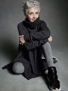 Short natural grey hair looks really nice. A striking hair colour which can look great with contrasting clothes or muted colours like this lady is wearing. Mature Fashion, Older Women Fashion, 60 Fashion, Over 50 Womens Fashion, Fashion Over 50, Fashion Tips, Style Fashion, Petite Fashion, Curvy Fashion