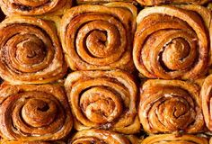 I've made a lot of cinnamon rolls but these look really yummy I may have to try this recipe! Cinnamon Rolls from Leite's Culinaria Baking Recipes, Snack Recipes, Dessert Recipes, Sweet Recipes, Delicious Desserts, Yummy Food, Sweet Bread, Cinnamon Rolls, Love Food