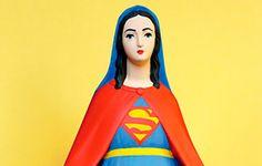 O artista francês Soasig Chamaillard criou uma série com personagens da cultura pop, como o Super-Homem, a Saylor Moon e o Mario Bros., esculpidos em miniaturas de estátuas da Virgem Maria.
