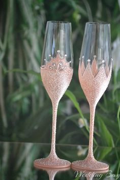 Rose Gold toasting flutes Champagne flutes King and Queen Glitter Wine Glasses, Wedding Wine Glasses, Diy Wine Glasses, Decorated Wine Glasses, Wedding Champagne Flutes, Painted Wine Glasses, Champagne Glasses, Gold Champagne, Wine Glass Crafts