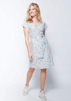 Wickelkleid nähen – mit Gratis-Schnittmuster » BERNINA Blog Dress Patterns, Sewing Patterns, Textiles, Simple Embroidery, Diy Clothing, Dresses For Work, Shirt Dress, Casual, Shirts