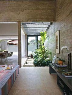 Jardim no interior da residência.  Fotografia: www.decorfacil.com.