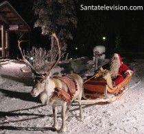 Père Noël distribue des cadeaux avec son renne pendant la nuit de Noël