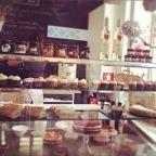 Giulietta Café in Barcelona heeft de heerlijkste ambachtelijke-, zoete- en hartige gerechten. Allemaal zelfgemaakt met producten uit de regio. Een goede plek voor je ontbijt, lunch én voor maaltijden in Barcelona. Voor de kids is er een aparte plek om te spelen en er hangt een groot krijtbord waarop ze kunnen tekenen. Voor de kids heeft  La Giulietta  verse sapjes, melk en speciale menus met verse- en natuurlijkeingrediënten.Giulietta Cafe, een plek waar je welkom bent, waar je vrolijk…