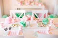 Festa de aniversário: em pijama!Hoje mostro-vos uma festa de aniversário em modo pijama! As cores escolhidas foram o rosa claro e o hortelã e uma mesa simples mas, super querida!A aniversariante ofereceu pijamas iguais para as amigas, uma ideia diferente para um aniversário mas que pelo ar de satisfação das meninas, resultou!