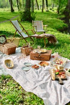 Join My French Country Home for a French country picnic, and find ideas to inspire your next spring/summer outing! Picnic Date, Summer Picnic, Picnic Box, French Picnic, Country Picnic, Country Home Magazine, Tapas, My French Country Home, Brunch