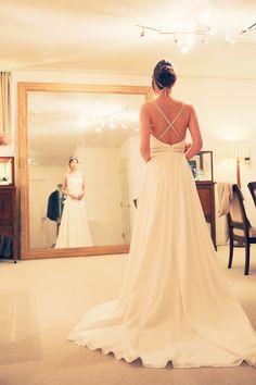 コンテッサリゾートにてウェディング♪ 背中が大きく開いたスレンダーラインのウェディングドレス。 美しい後ろ姿にうっとり。 http://anela-clothing.jp/