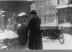 Почтальон на мотоцикле. Ленинград, 1926 г.: