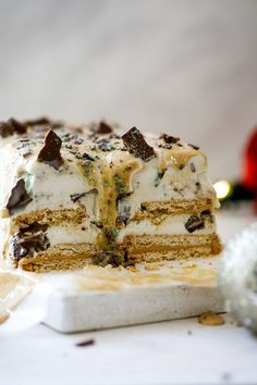 Mint-crisp caramel ice cream cake - Simply Delicious. #IceCream #desserts  #christmas #christmasrecipes #easydesserts #easyrecipe #caramelsauce #chocolate