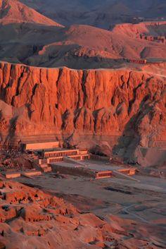 Hatschepsut Temple  Rainha faraó. Um penhasco em meia lua ''protegia o templo''  - MURALHA natural Composto por plataformas, seu acesso se dava através de rampas.