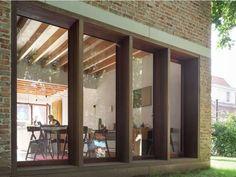 combi gevelsteen, hout, ingewerkte balken boven raam