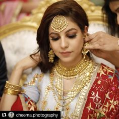 Beautiful Jasleen from England for her Morning wedding 💕 Gold Wedding Jewelry, Gold Jewelry Simple, Bridal Jewelry, Indian Gold Jewelry, Indian Wedding Photos, Indian Bridal Outfits, Gold Maang Tikka Design, Amrapali Jewellery, Gold Bangles Design