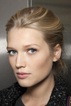 Toni Garrn. Gorgeous hair and natural makeup