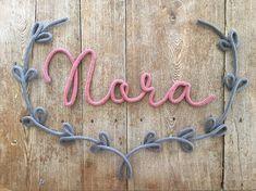 Ornement en tricotin - Demi-couronne de laurier Fait de laine tricotée à main et montée sur un fil de métal façonné et travaillé avec minutie, cette décoration murale versatile en tricotin sagence à merveille avec un mot, un prénom, une courte phrase, un encadrement ou même une autre