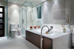 Viatera Aura l Quartz countertop l Design inspired by calacatta marble l White modern bathroom l Bathtub design