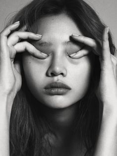 Greatest b and w portrait photography art. Expressions Photography, Face Photography, White Photography, Hands On Face, Kreative Portraits, Face Drawing Reference, L'art Du Portrait, Photographie Portrait Inspiration, Black And White Portraits