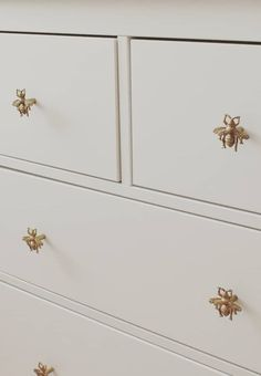 Sass & Belle Golden Bee Vintage Drawer Knob £5 - This drawer knob is extra special! Made from pewter, the design is inspired by bees. It has a lovely golden finish. An utterly lovely homeware item that can transform furniture. (photo: @ekebrouwer.nl)