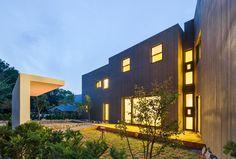 가족 목소리에 귀 기울이는 두 세대 단독주택 SLY HOUSE in Yongin City, South Korea : 모던스타일 주택 by URCODE