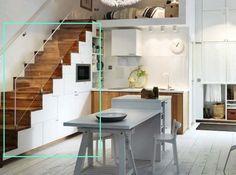 Una forma diferente de aprovechar la parte inferior de la escalera, armarios de almacenaje para la cocina!