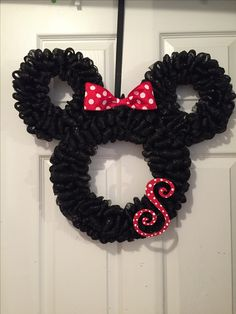 The Ultimate List of Minnie Mouse Craft Ideas! Disney Party Ideas - - The Ultimate List of Minnie Mouse Craft Ideas! Cute Minnie Mouse crafts, Disney Party Ideas, DIY Crafts and fun food recipes. Mickey Mouse Wreath, Mickey Mouse Crafts, Disney Crafts, Disney Christmas Decorations, Christmas Wreaths, Mickey Christmas, Xmas, Disney Merch, Disney Mickey