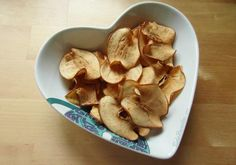 TudoReceitas.com - Chips de maçã com canela, um petisco muito saudável e gostoso! #chips #chipsdemaçã #comida #receita #petisco #snack #TudoReceitas #maca