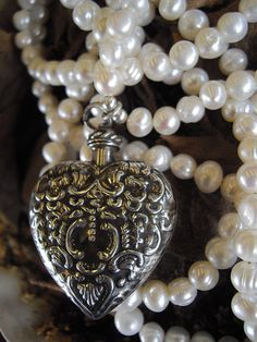 Victorian perfume bottle necklace with #pearls || Collier de bouteille de parfum - #perles