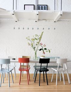 Verschillende stoelen rondom de eettafel