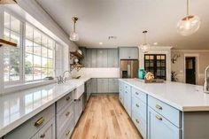 gran-cocina-con-isla-central-muebles-azul-claro-