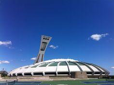 Stade olympique de Montréal. Et construit pour les Jeux olympiques d'été de 1976. C'est le plus grand stade du Canada