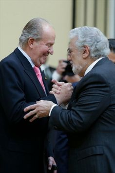 King Juan Carlos of Spain and Placido Domingo attend a reception in honour of Mexican President at the El Pardo Palace on June 2014 in Madrid, Spain. Get premium, high resolution news photos at Getty Images Placido Domingo, New Life, Madrid, Presidents, Opera, Royalty, Reception, King, Couple Photos