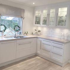 White kitchen Source by janetlwp Kitchen Cabinets Decor, Home Decor Kitchen, Home Kitchens, Glass Cabinets, Modern Kitchen Design, Interior Design Kitchen, Open Plan Kitchen Living Room, Cuisines Design, Kitchen Remodel