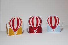 O kit é composto por :    10 caixinhas maletinha  10 caixinhas com alça  10 caixinhas pirâmide  15 centros de mesa (cachepô +topper para cachepot )  50 toppers para docinho  50 forminhas para doces  40 tags de agradecimento    Todos os itens são em alto relevo (camadas) em scrap, Impressão feita ...