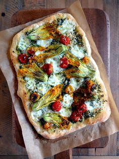 Farmers' Market Find: 15 Superb Squash Blossom Recipes There's something about nibbling on edible flowers that just feels fancy, indulgent — who doesn't love that? Here are 15 recipes to make use of those yummy-looking farmers' market squash blossoms Vegetable Recipes, Vegetarian Recipes, Cooking Recipes, Healthy Recipes, Fancy Recipes, Stuffed Squash Blossoms, Zucchini Blossoms, No Knead Pizza Dough, Farmers Market Recipes