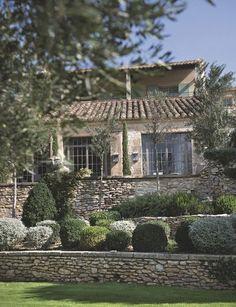 Les murs en pierres sèches font tout le charme de cette maison traditionnelle de l'Uzège. Plus de photos sur Côté Maison http://petitlien.fr/8299
