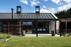A glazed pavilion acts as a lantern to greet visitors to this Wanaka home by Sumich Chaplin Architects. Modern Barn House, Modern Bungalow, Outdoor Pavillion, Lakeside Lodge, Steel Barns, Fibreglass Roof, Timber Structure, Exterior Cladding, Modern Farmhouse Exterior