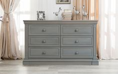 Sunning Jackson in Flint, the perfect shade of Gray for the timeless nursery look. Boy or Girl, modern or classic, Jackson has all the design flavors, all built in this European made furniture.
