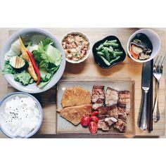 不僅所有的食材都來自中台灣小農所提供,菜單上的food people story也將原本食物劇場背後的努力轉化成一種感恩,食物與人的關係就應該這樣被如此緊緊的連繫著吧🙇 #好好 #gooddays #regular #salad #taiwanese #dishes #pork #with #grilled #sweet #pineapple #be #thankful  #instafood #taichung #taiwan