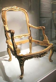 Le fauteuil livré pour Mme de Pompadour au château de Crécy. La sculpture des bois est virtuose