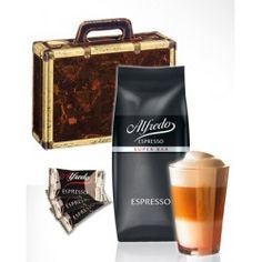 A case for espresso fans and everyone who loves latte macchiato and chocolate! Beautiful jewelery box in the style of an antique travel suit, lovingly designed with hinted metal corners and a history-rich surface. We fill the gift box with 1000g of freshly roasted Alfredo Espresso Super Bar (finest seasoning), a real designer Latte Macchiato glass and 50 pieces of the delicate Alfredo chocolate chocolates in a confectionery quality. All carefully packed in wood wool and professionally…