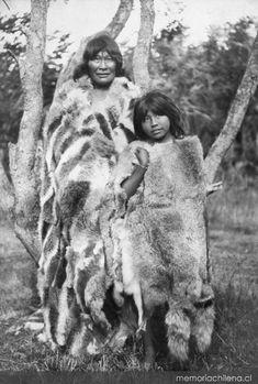 Mujer y niña selk'nam, hacia 1920 Native American Photos, Native American Women, Native American History, Native American Indians, People Of The World, We The People, Australian Aboriginal History, Old Photos, Vintage Photos