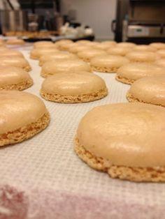 Zelf overheerlijke macarons maken?   Amandelpoeder wordt verkocht bij o.a. De Tuinen. Macarons, High Tea, Delicious Desserts, Sweet Treats, Cheesecake, Goodies, Cooking Recipes, Sweets, Food