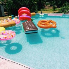 Pool party with inflatables ♡