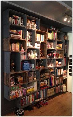 この本棚は全部ウッドボックスを並べたものなんです! 色の違ったウッドボックスをランダムに合わせて立派な本棚を完成させちゃいました… こんな使い方もあるんですねぇ…