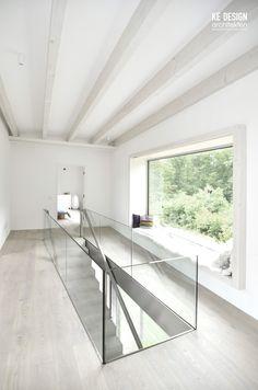 Panoramafenster Mit Blick In Den Garten. Offene Treppe Mit Glasgeländer.  Sichtbare Holzbalkendecke