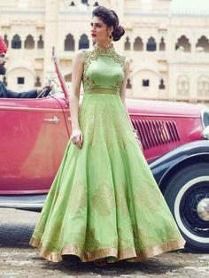 Светло-зелёное длинное платье в пол, без рукавов, украшенное вышивкой люрексом