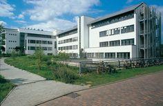Universität, Bonn — Institut für Agrikulturchemie und landwirtschaftliche Botanik der Universität Bonn. Ca. 48.000 m³ BRI. 5-geschossiges Stahlbetongebäude in L-Form. Besondere Aufgabenstellungen ergaben sich durch die erheblichen technischen Einrichtungen, die auch die Rohbaukonstruktionen wesentlich beeinflussten