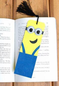 Probieren Sie einfach Minions Lesezeichen zu basteln. Es ist ganz einfach und sieht sehr kreativ aus. Schauen Sie mal die Anleitung an.