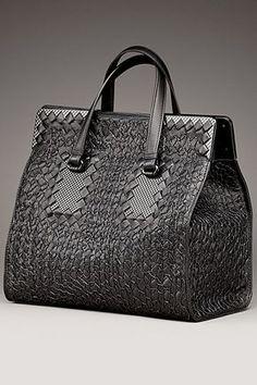 Bottega Veneta - Women's Accessories 2013 Fall-Winter - LOOK 4 Fashion Handbags, Purses And Handbags, Fashion Bags, Big Bags, Cute Bags, Beautiful Handbags, Beautiful Bags, Crea Cuir, Sacs Design