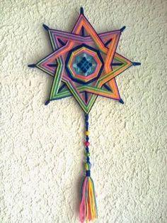 Pin by stella miao on ojo de deus mandalas, mandalas de lana Weaving Projects, Weaving Art, Craft Projects, Yarn Crafts, Diy And Crafts, Arts And Crafts, God's Eye Craft, Feather Mobile, Gods Eye