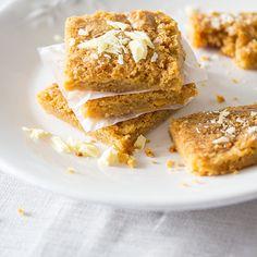 Das Rezept für White Chocolate Blondies und viele weitere Kuchenrezepte finden Sie im Springlane Magazin.